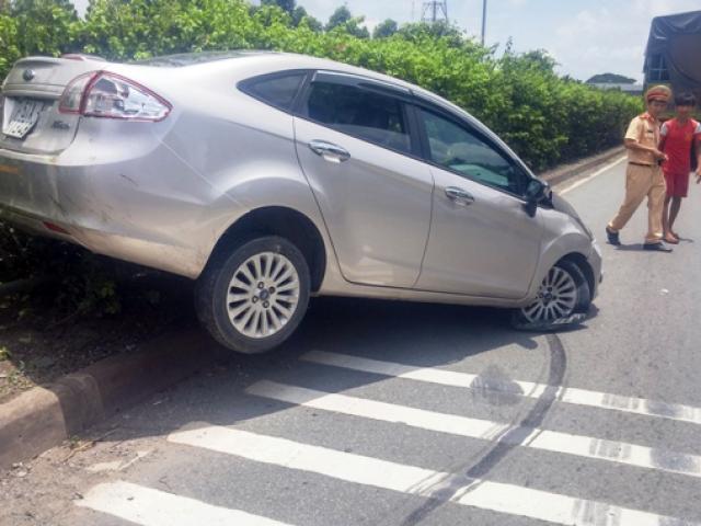 """""""Mất vía"""" vì ô tô bị xe tải nhấc lên dải phân cách"""