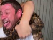 Phi thường - kỳ quặc - Video: Bị trăn khổng lồ siết cổ trên truyền hình Úc