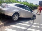 """Tin tức trong ngày - """"Mất vía"""" vì ô tô bị xe tải nhấc lên dải phân cách"""