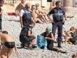 Một phụ nữ bị yêu cầu lột đồ tắm ngay trên bãi biển