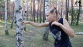 Kinh ngạc bé gái 9 tuổi tay không đấm nát cây