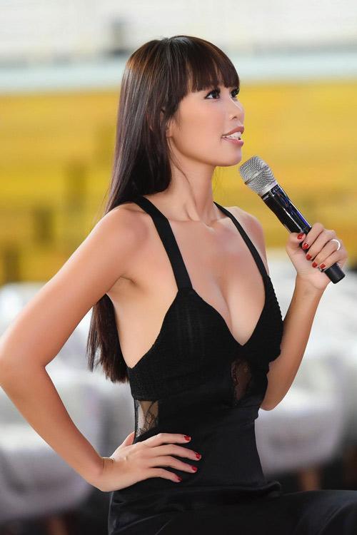 Hà Anh sexy hết cỡ khi hướng dẫn thí sinh Hoa hậu VN - 2