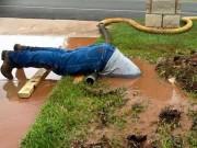 Thế giới - Ảnh công nhân cắm đầu trong bùn làm việc gây sốt ở Mỹ