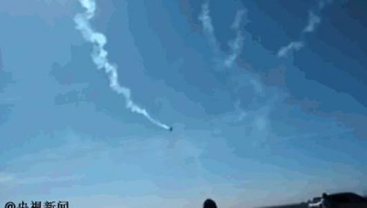 TQ: Máy bay đang biểu diễn lao xuống đất, phi công tử nạn