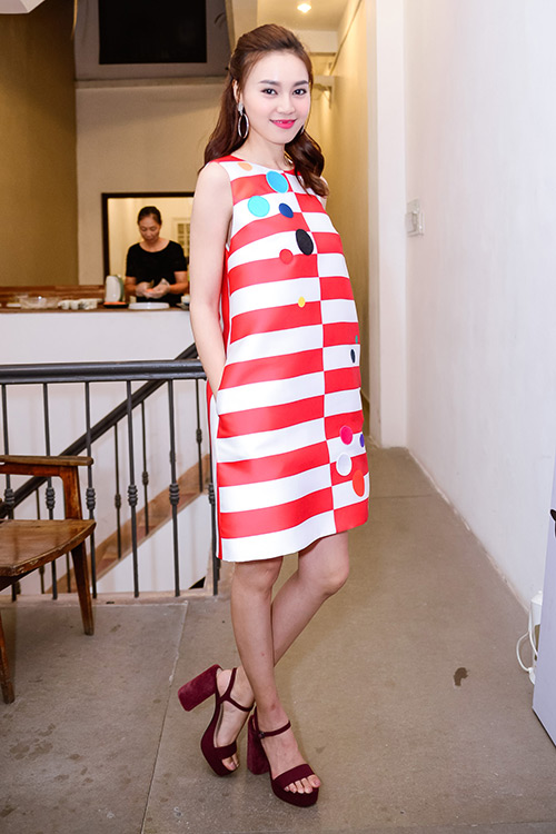 Chân dài trang khiếu ngâm váy áo trong bể cá - 3