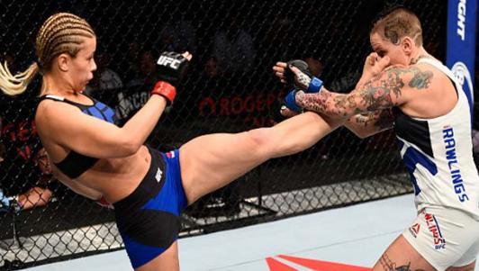 """""""Bóng hồng"""" UFC phi thân tiễn đối thủ nằm sàn"""