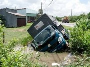 """Tin tức trong ngày - Tránh """"ma men"""", xe tải lao xuống ao như phim"""