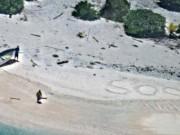 Thế giới - Lạc trên hoang đảo 7 ngày, thoát nhờ gửi tín hiệu thô sơ