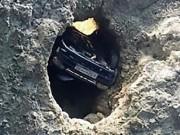 """Phi thường - kỳ quặc - Ô tô cắm đầu xuống hố sâu 30m, tài xế tìm thấy """"cửa sống"""" thần kỳ"""
