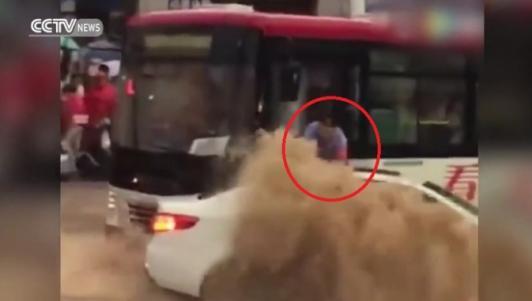 TQ: Nghẹt thở tài xế xe buýt cứu người giữa nước lũ