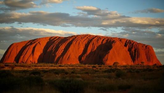 Video quay đá thiêng lớn nhất thế giới ở Úc từ trên cao