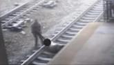 Cảnh sát liều mình cứu người ngay trước đoàn tàu ở Mỹ