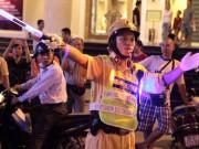 Tin tức trong ngày - Cận cảnh áo phản quang, gậy nhấp nháy của CSGT Hà Nội