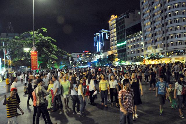 Người dân ùn ùn về trung tâm Sài Gòn xem bắn pháo hoa