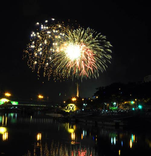 Pháo hoa lung linh trên bầu trời Sài Gòn mừng Tết Độc lập