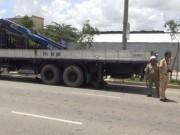 Tin tức trong ngày - Xe tải chạy lùi cuốn xe máy cùng người đàn ông vào gầm