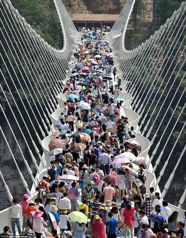 cầu kính đóng cửa giữa chừng với lượng du khách quá đông
