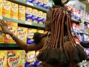 Phi thường - kỳ quặc - Cô gái bộ lạc châu Phi thả ngực trần đi siêu thị