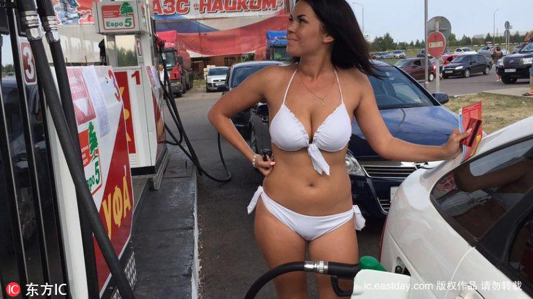 Thú vị với thử thách mặc đồ bikini đổ xăng miễn phí