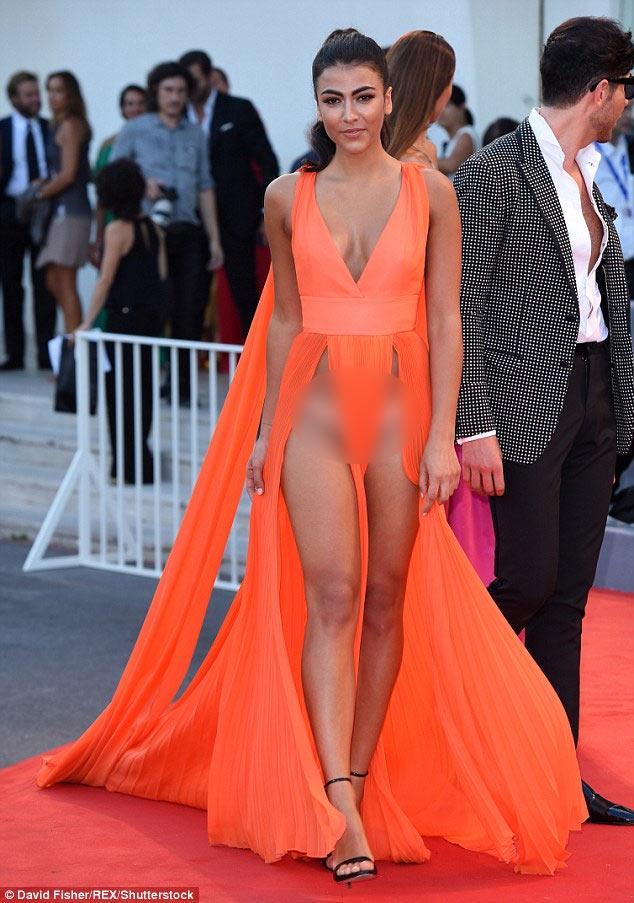Tuyệt chiêu thuần hóa váy khoét sâu hở sườn siêu sexy