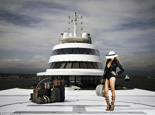 Vợ tỷ phú ngân hàng Nga vừa sexy vừa sành thời trang - 1