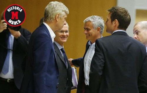 """Tiết lộ: Wenger hậm hực với """"chiếc ghế"""" của Mourinho"""