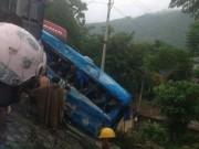 Tin tức trong ngày - Tai nạn liên hoàn, xe khách chở 12 người lao xuống vực