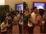 Bạn trẻ - Cuộc sống - Xúc động màn cầu hôn bạn gái trong lễ cưới bạn thân