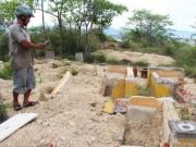 Tin tức trong ngày - Cải táng 147 ngôi mộ bị dự án du lịch sinh thái đào phá