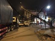 Tin tức trong ngày - Hãi hùng container vướng dây cáp, kéo đổ hai cột điện