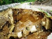 """Tin tức trong ngày - Hố tử thần khổng lồ """"nuốt chửng"""" quốc lộ ở Thanh Hóa"""