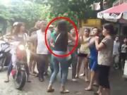 Tin tức trong ngày - Clip: Nữ sinh cầm dao rượt nhau, đánh cả người lớn