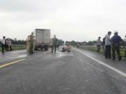 """Tin tức trong ngày - Xe máy """"kẹp 4"""" đối đầu xe tải, 4 người thương vong"""