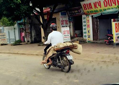 Người chở thi thể bằng xe máy là ai?