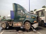 Tin tức trong ngày - Container gây 3 vụ tai nạn liên tiếp, xa lộ Hà Nội kẹt cứng