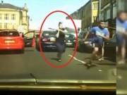 Bạn trẻ - Cuộc sống - Clip: Cô gái vác gậy đuổi đánh đối thủ vì va quệt xe