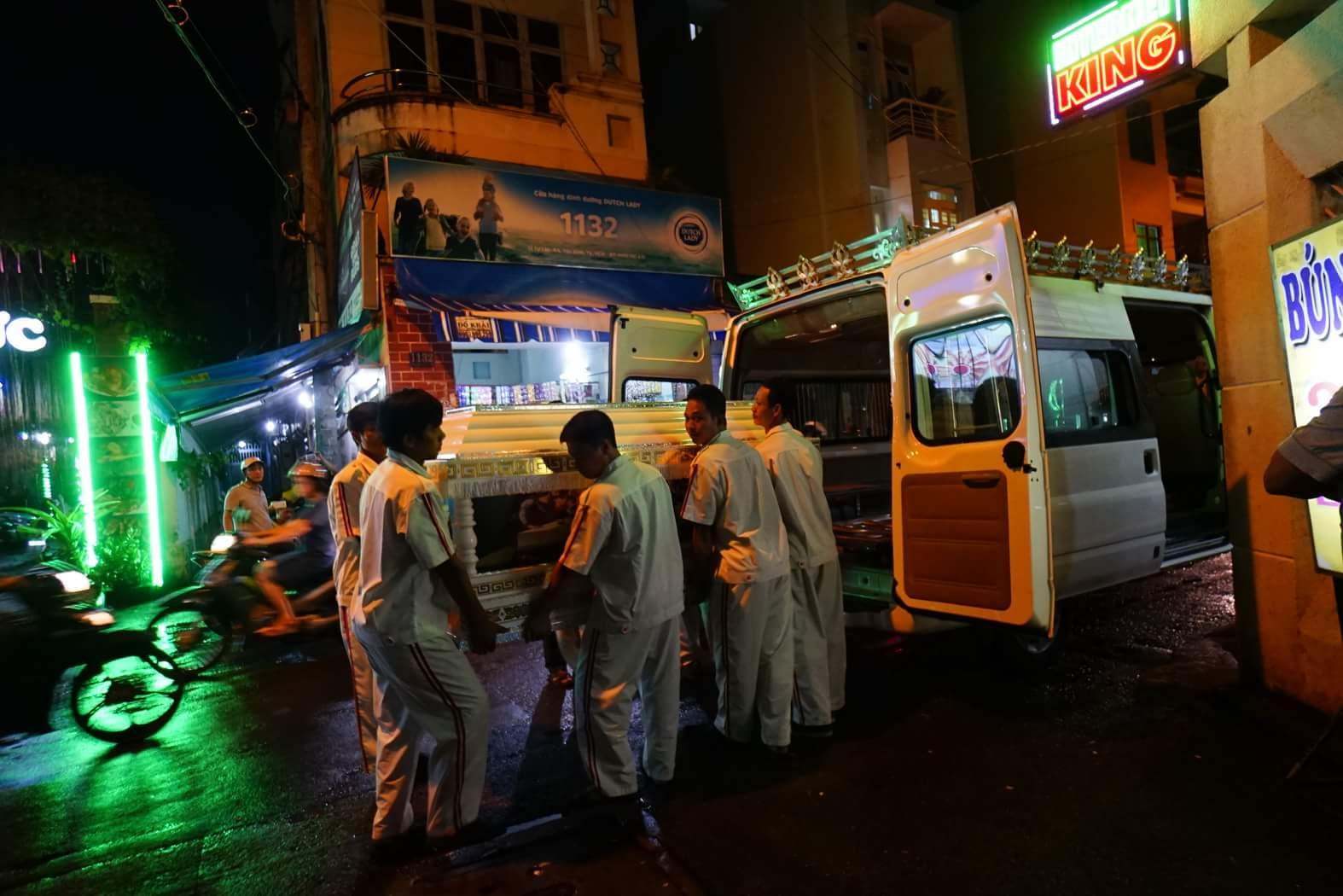 Linh cữu ca sĩ Minh Thuận về nhà giữa trời mưa như trút - 4