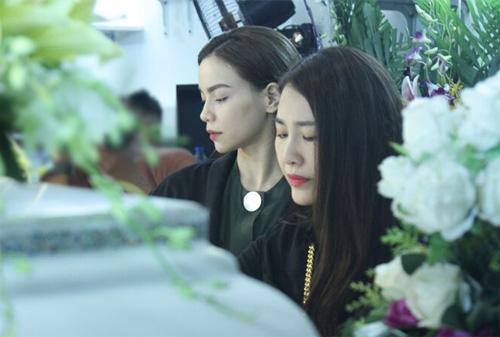 Hà Hồ thất thần đến viếng ca sĩ Minh Thuận trong đêm - 2