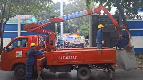 TP.HCM: Nổ trạm biến áp trong mưa, dân vứt xe bỏ chạy - 2