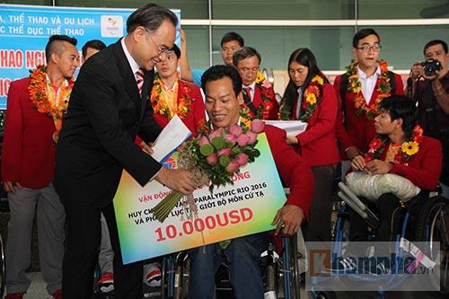 """HCV Paralympic Lê Văn Công nhận """"mưa"""" tiền thưởng"""