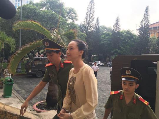 Hoa hậu Phương Nga khai có hợp đồng tình cảm với đại gia