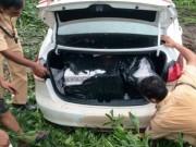 Tai nạn giao thông - Chở thuốc lá lậu gây tai nạn, tài xế lao ôtô xuống kênh