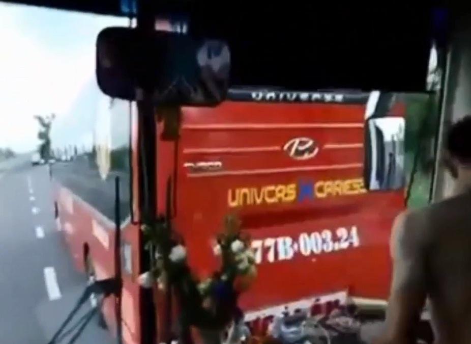 """Clip: Hai xe khách """"vờn"""" nhau, hành khách khóc thét - 2"""