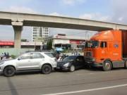 """Tin tức trong ngày - 3 xe tông nhau dưới dốc cầu, cửa ngõ Sài Gòn """"tê liệt"""""""
