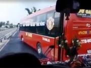 """Tin tức trong ngày - Clip: Hai xe khách """"vờn"""" nhau, hành khách khóc thét"""