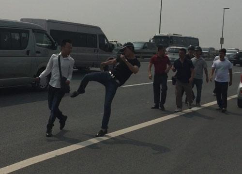 Phóng viên Tuổi Trẻ bị hành hung khi tác nghiệp trên cầu Nhật Tân