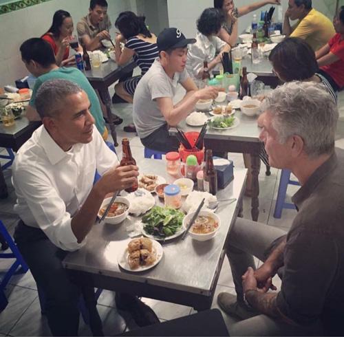 """Quán """"bún chả Obama"""" liên tục """"cháy"""" hàng"""