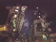 Tin tức trong ngày - Lật xe tải trên cao tốc, hai người mắc kẹt trong cabin