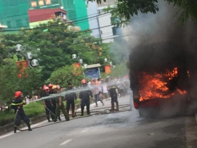 HN: Đang chạy, xe buýt bỗng phát nổ, bốc cháy ngùn ngụt
