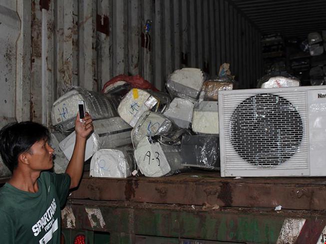 Bắt giữ lượng lớn hàng điện lạnh không rõ nguồn gốc - ảnh 1